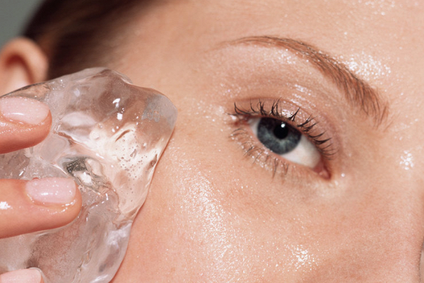 Photo of Почему поутрам полезно протирать лицо кубиком льда